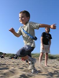 Axel spelar brännboll - springer fort!