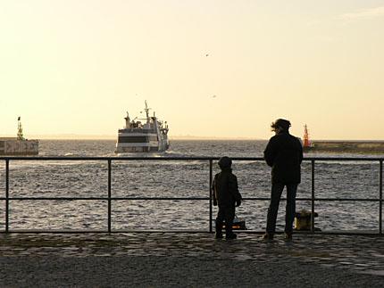 Axel & Vaike kollar in färjora, Helsingborgs hamn julen 05