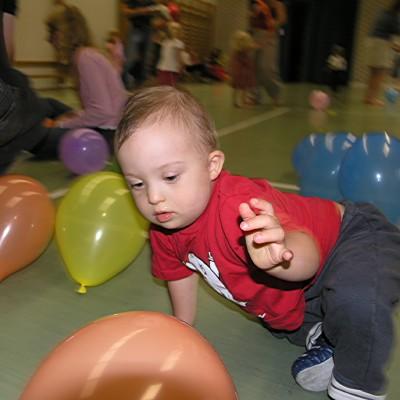 Leo har fullt upp med ballonger på disco