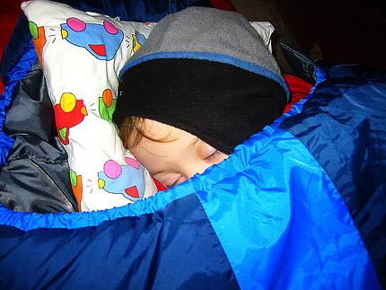 Leo sover middag i sovsäck, Glada Laxe