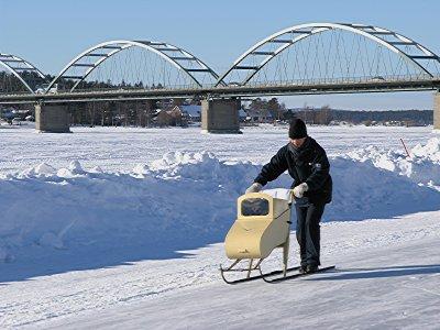 Vaike sparkar på isvägen. Leo i sparklåda